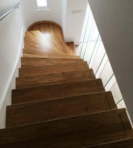 Revêtement d'escaliers béton en chêne avec balustres en verre