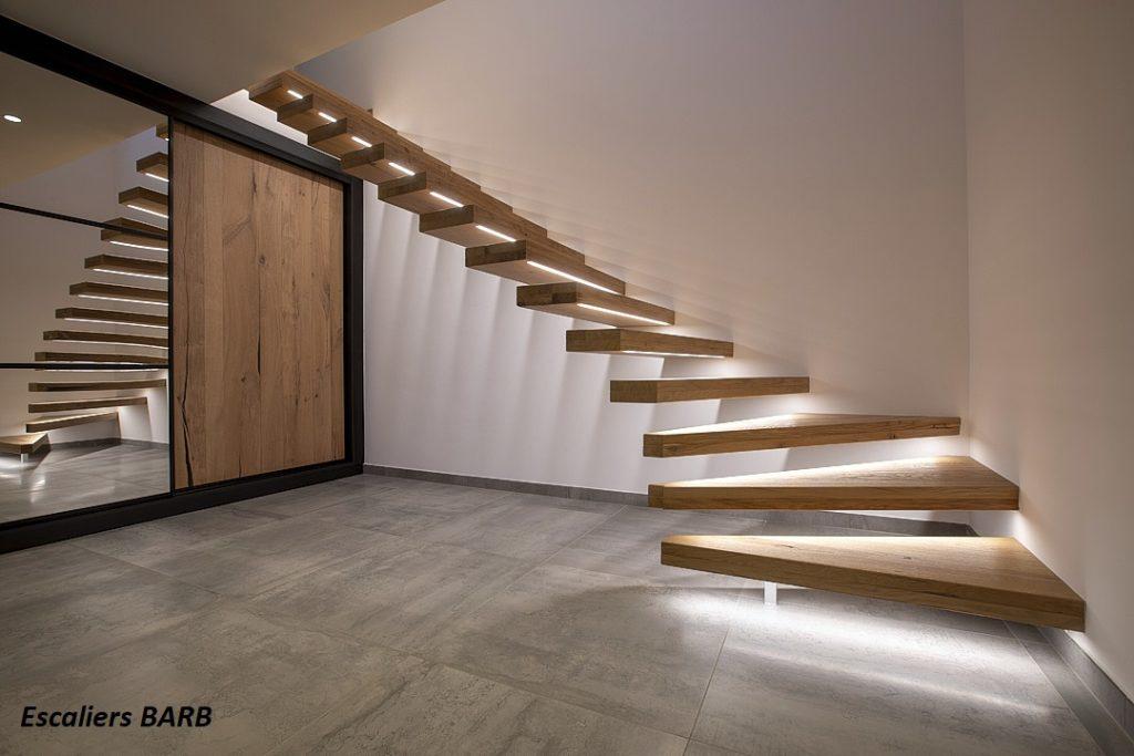 Escaliers en chêne avec marches suspendues , bandeaux led , placard en chêne rustique et miroir.