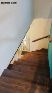revêtement escalier béton en bois de hêtre, balustres en verre