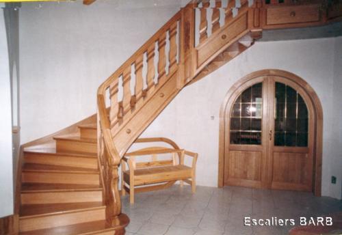 escalier balutres et poteau sculptés