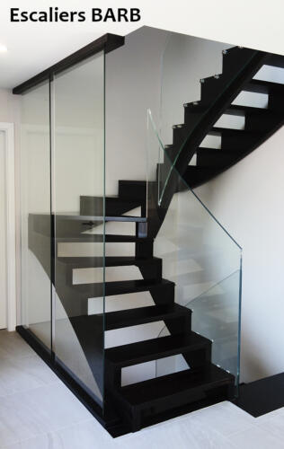 escalier moderne sans nez de marche, garde corps en verre trempé